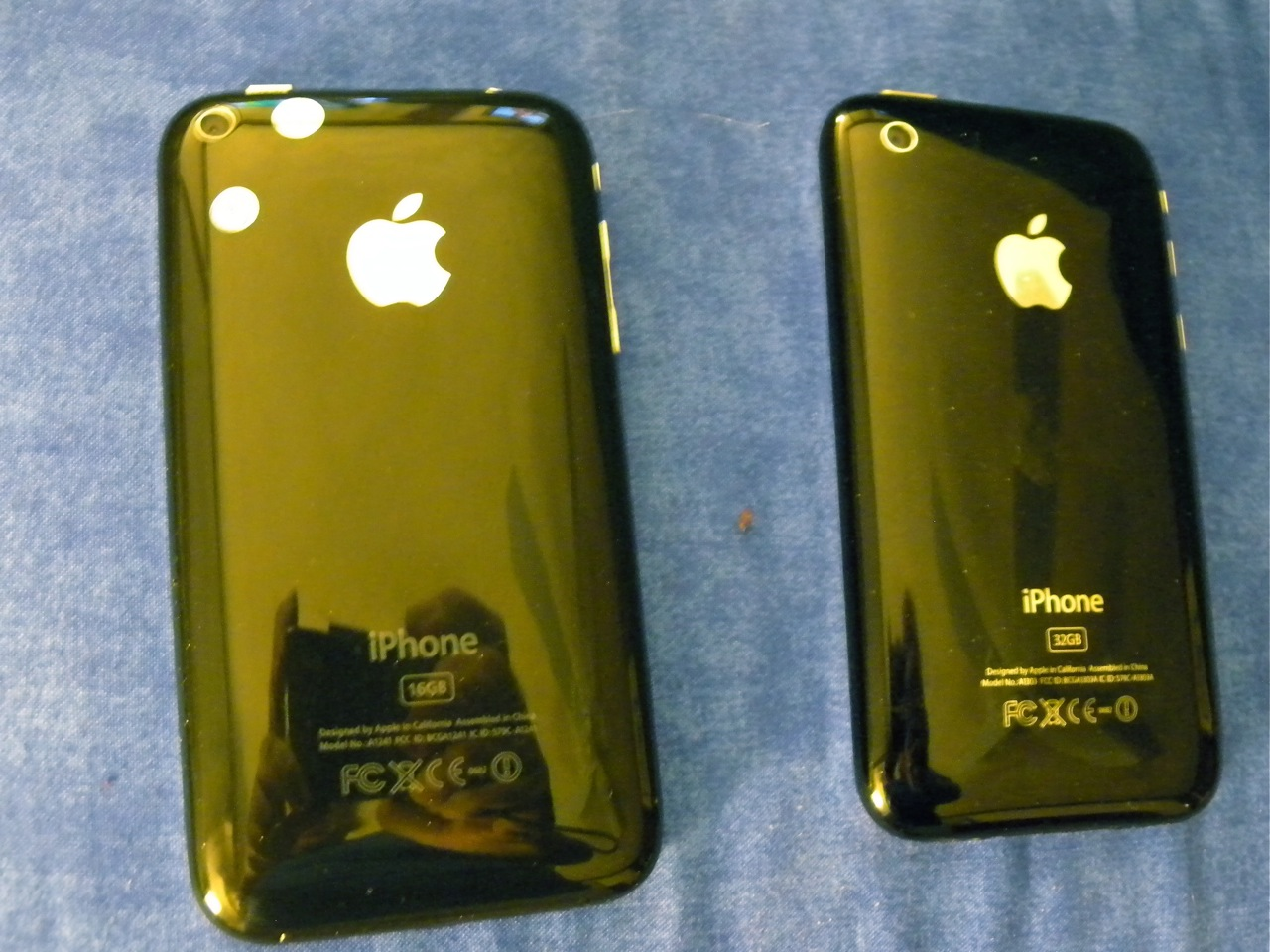 My Chinese iPhone knockoff is on the left. My real iPhone is on the right.