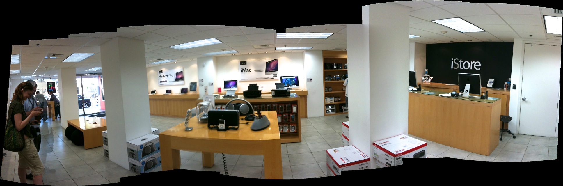 The iStore, in Hamilton Bermuda. Not an Apple Store, but an incredible simulation.